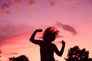 800px-Sunset_Party_Dancing_Girl_Silhouette
